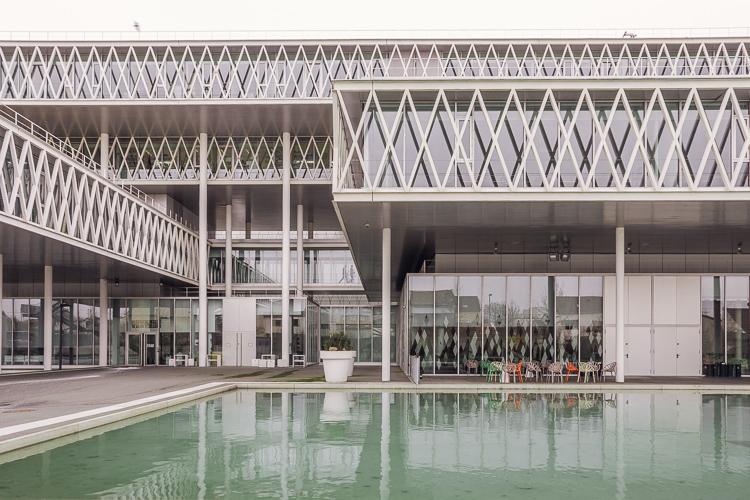 Archives Nationales di Parigi, fotografia di una delle vasche esterne e giochi architettonici