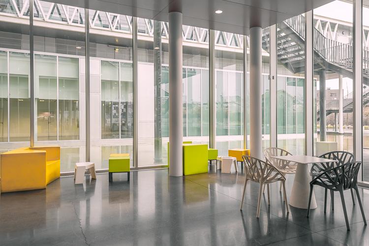 Archives Nationales di Parigi, fotografia di una delle sale interne con poltrone cubo colorate