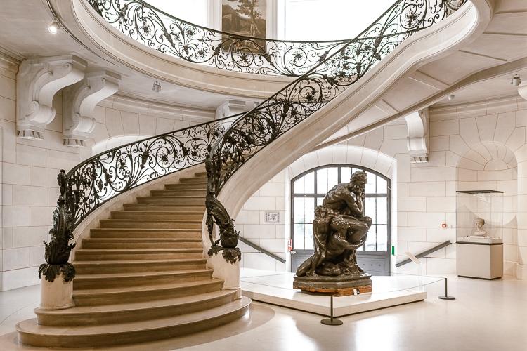 Scalinata a chiocciola liberty all'interno del Petit Palais a Parigi, con copia in bronzo del Pensatore di Rodin
