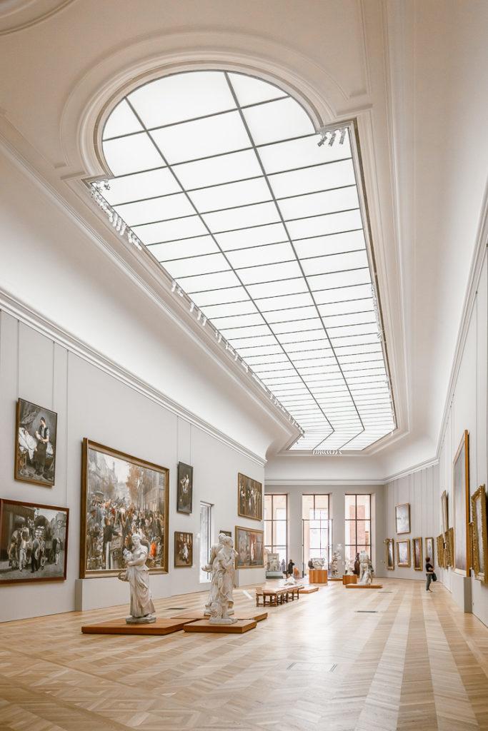 Interno di una sala espositiva del Petit Palais a Parigi, con quadri del 1700 e grande soffitto a vetri