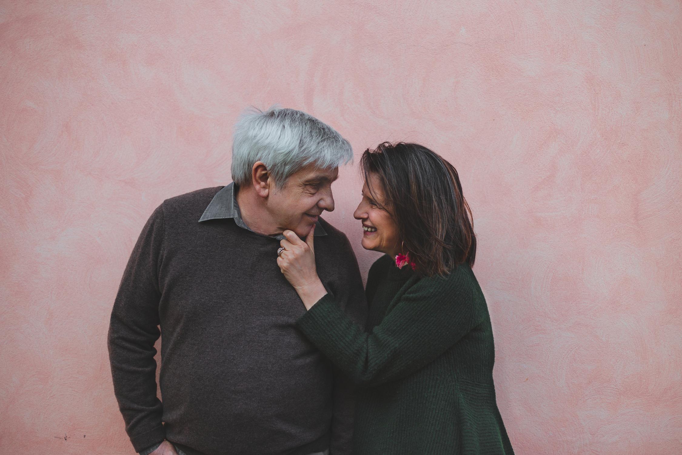Marito e moglie si sorridono teneramente