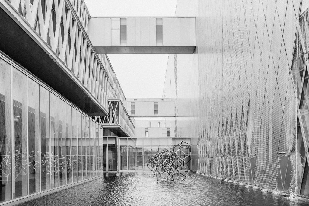Archives Nationales di Parigi, fotografia in bianco e nero della scultura in mezzo all'acqua