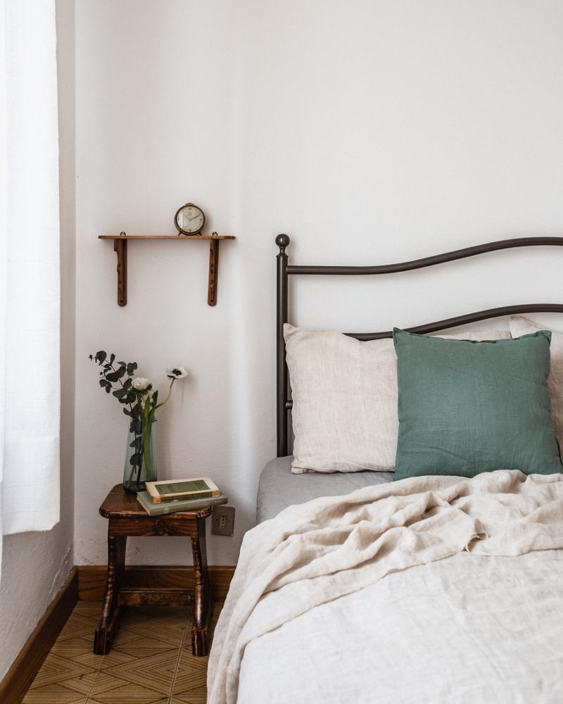 Fotografia di interni - Bagno rustico con erica, asciugamano bianco, giacinti e saponette fatte a mano