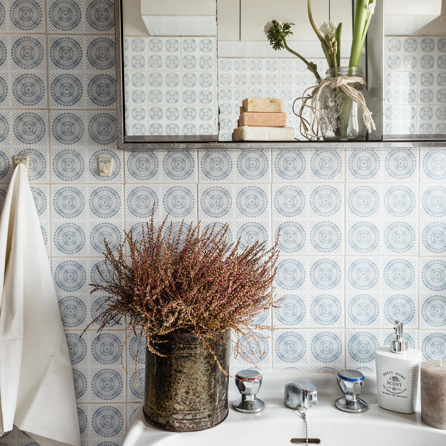 Fotografia di interni - Bagno rustico con erica e saponette