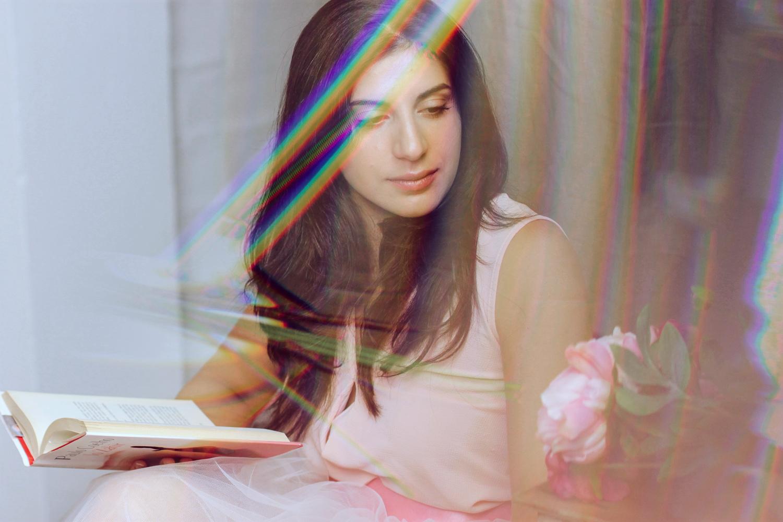 Ritratto di ragazza con libro, rose e doppia esposizione