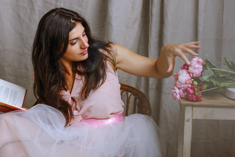 Ritratto di ragazza seduta con rose