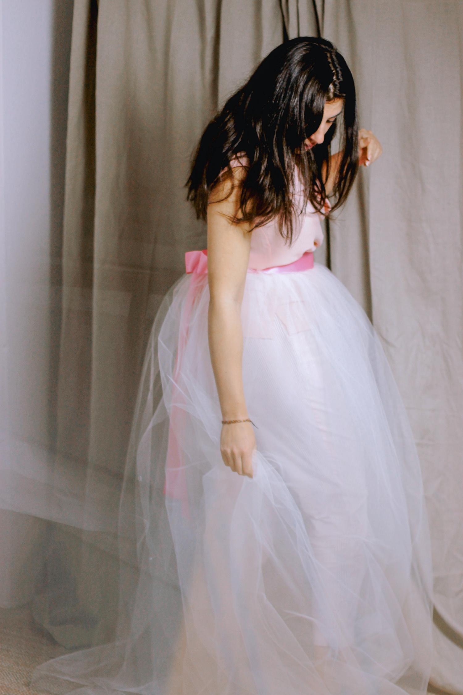 Ritratto di ragazza in piedi con vestito di tulle