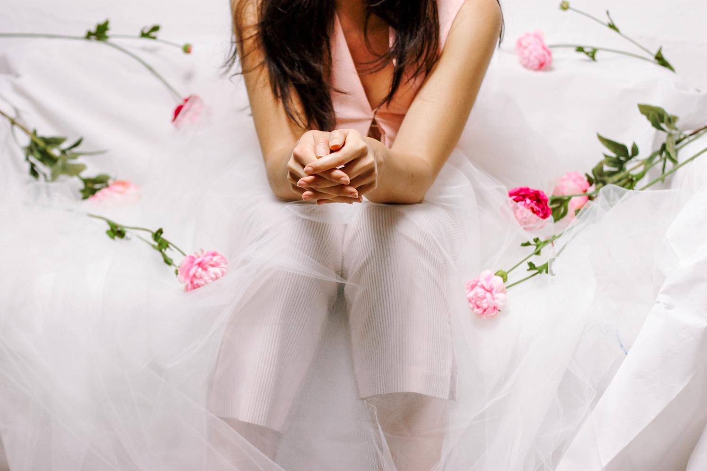 Ritratto di ragazza seduta con tulle e rose