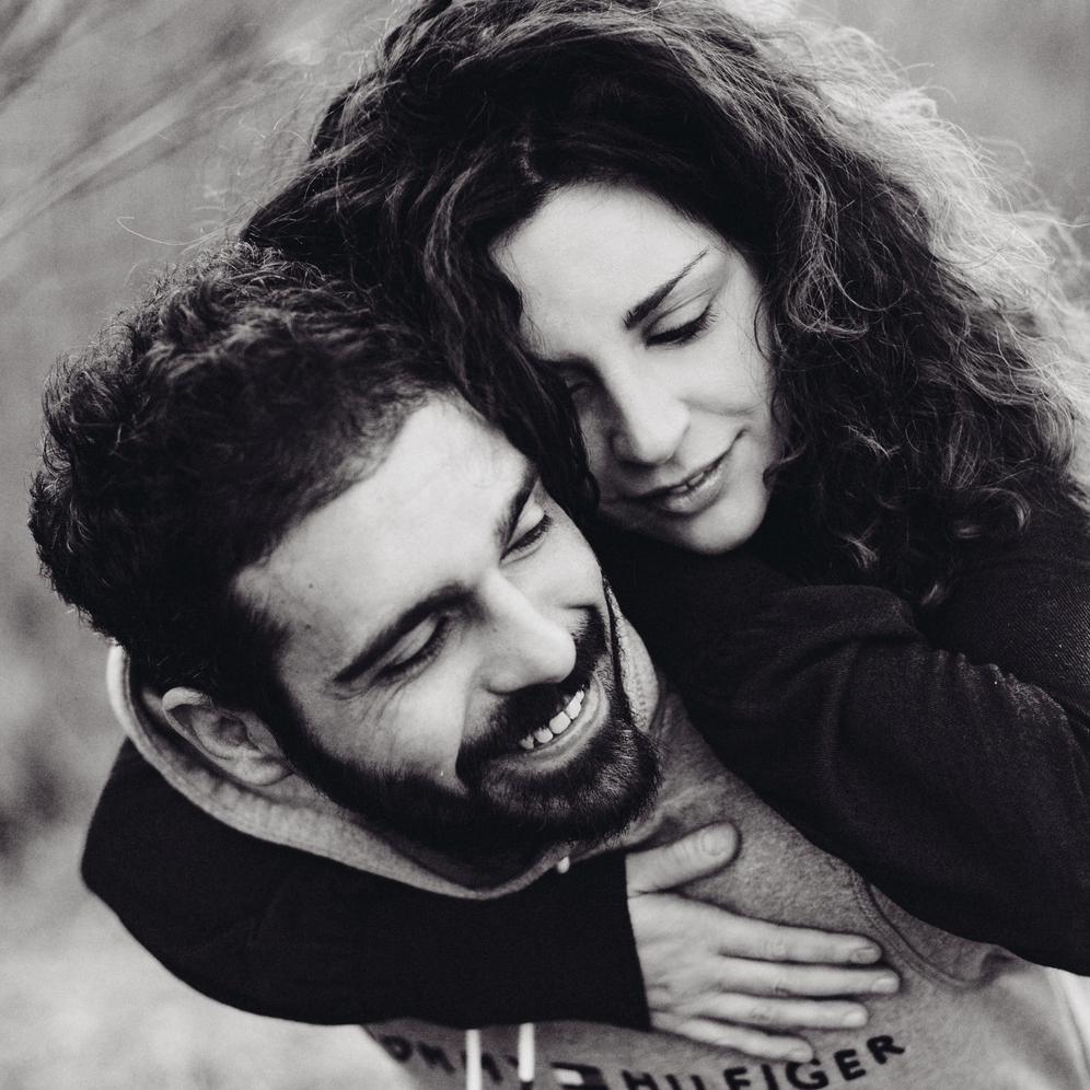 Ragazza che abbraccia il suo ragazzo sorridente