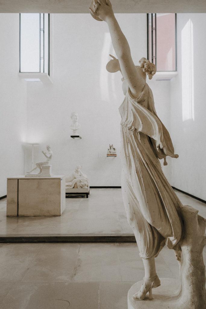 Una delle sale della Gipsoteca Canoviana di Possagno, con profilo di statua di danzatrice