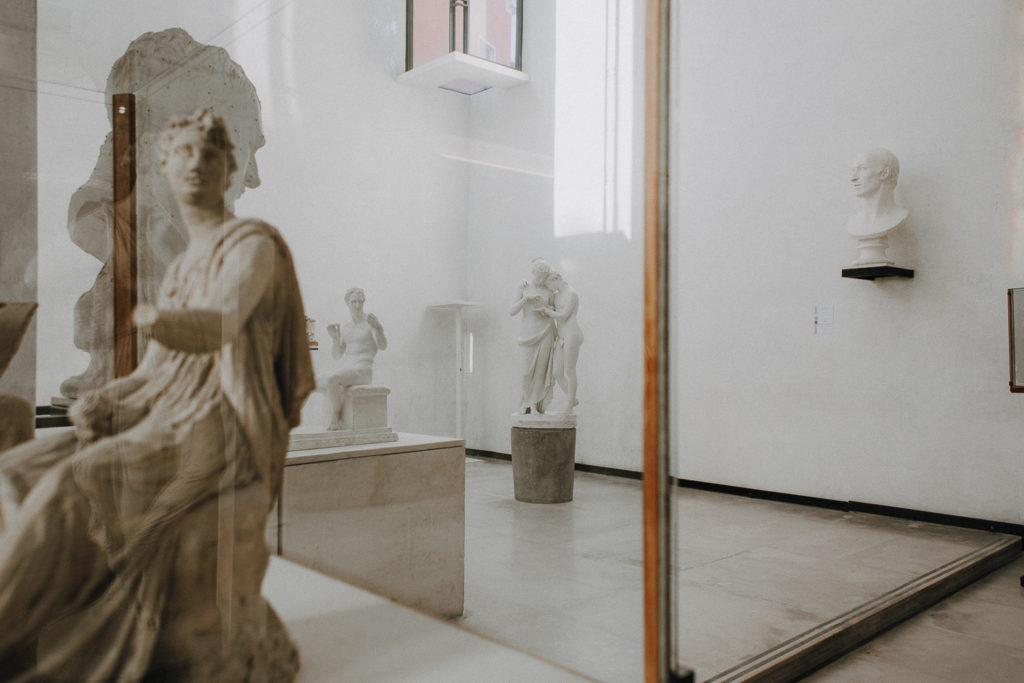 Dettaglio di teca con statue all'interno della Gipsoteca Canoviana di Possagno