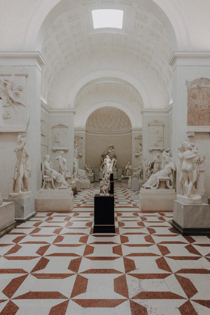 Ala ottocentesca della Gipsoteca Canoviana di Possagno, con pavimento a motivi geometrici e statue in gesso