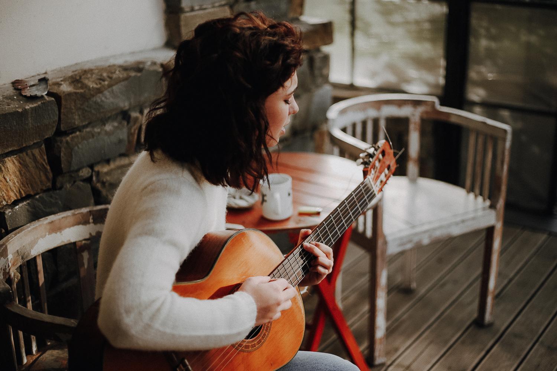 Ritratto di ragazza, Matilda de Angelis suona la chitarra in veranda