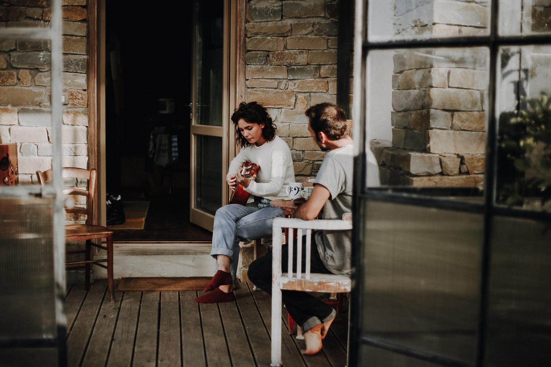 Ritratto di ragazza e ragazzo, Matilda de Angelis suona la chitarra in veranda insieme al compositore Andrea Vanzo