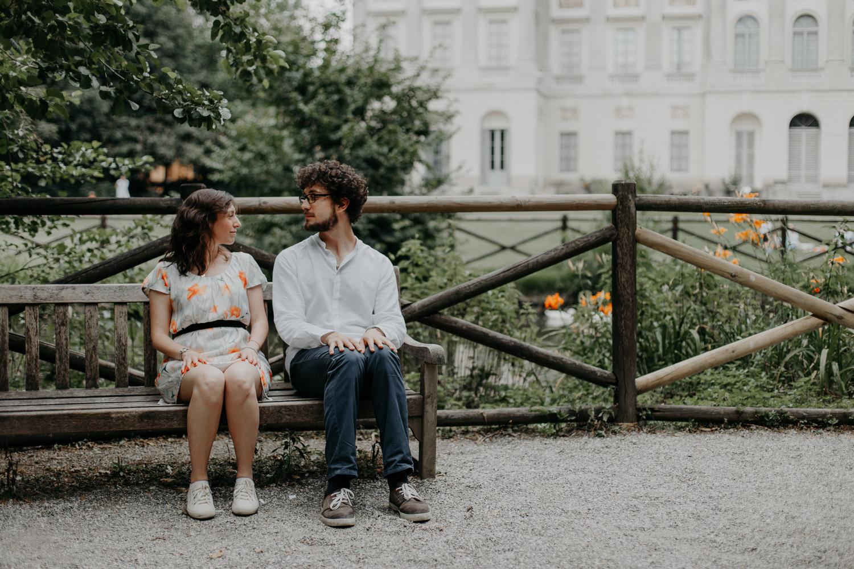 Coppia di fidanzati che reinterpreta una scena di Forrest Gump su una panchina