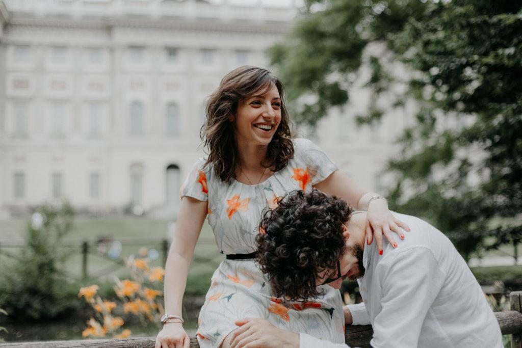 Ragazza con vestito a fiori ride insieme al suo fidanzato davanti alla GAM di Milano
