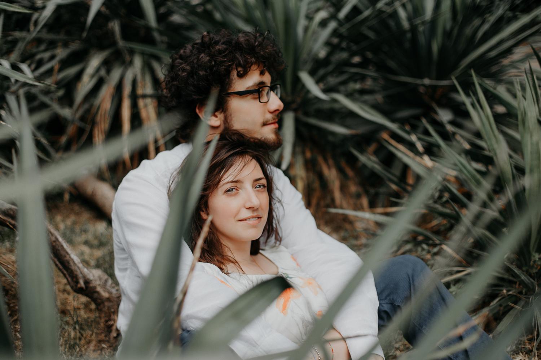Coppia di fidanzati si abbraccia in mezzo alle piante di agave
