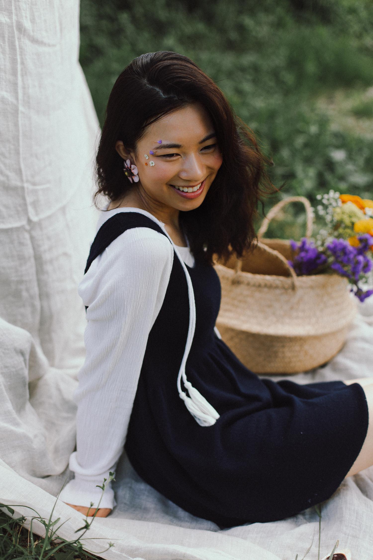 Ritratto di ragazza seduta con vestito, camicia e fiori, anni '60