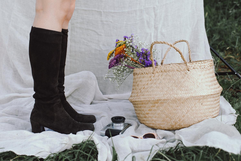 Foto di stivali con macchina fotografica vintage e cesto di fiori, anni '60