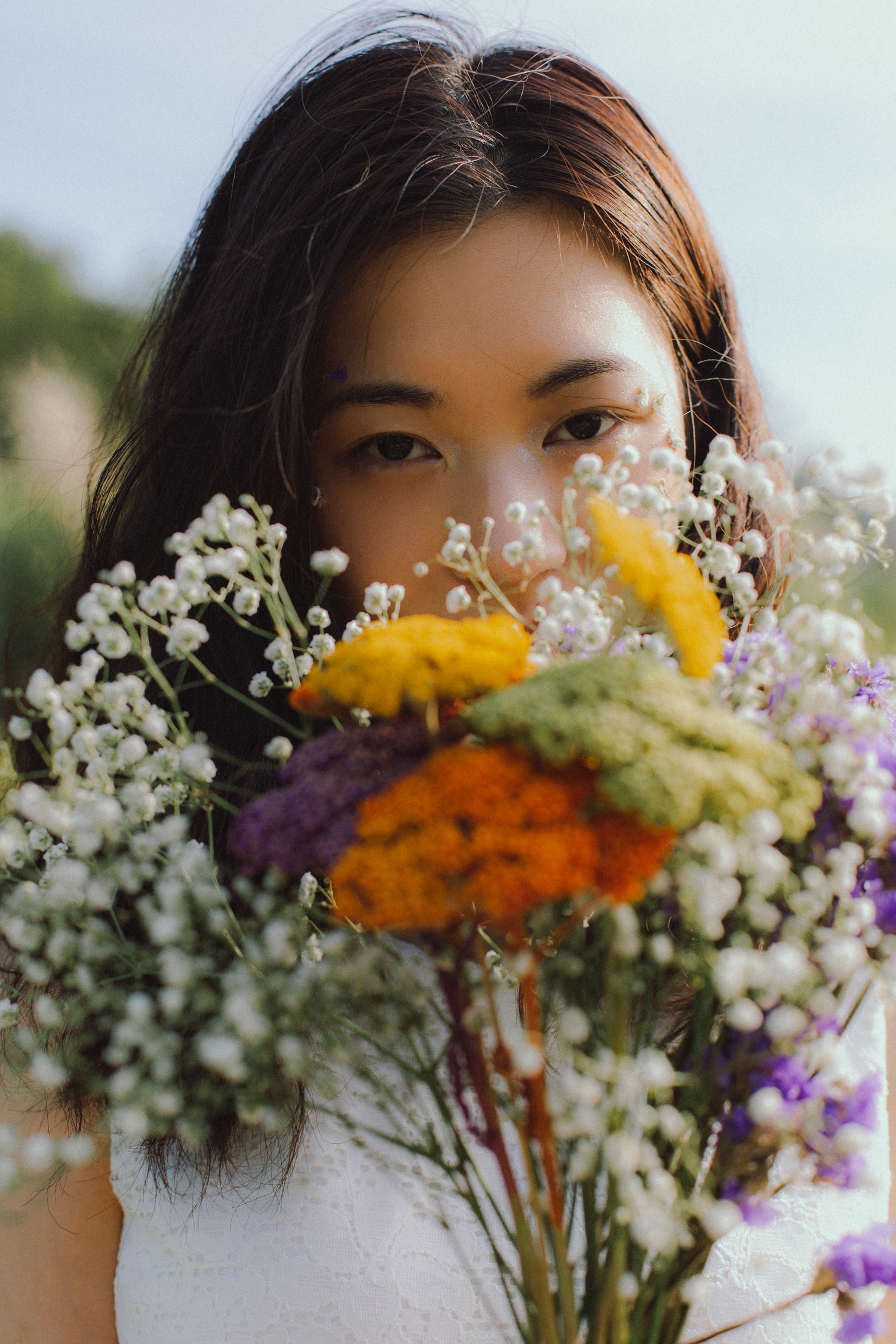 Ritratto di ragazza con mazzo di fiori, dettaglio